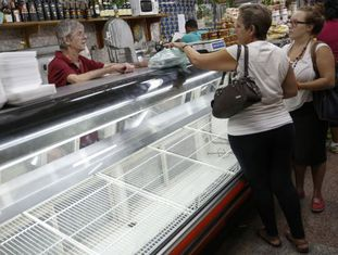 Clientes venezuelanos num supermercado vazio em Caracas.