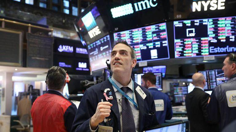 Um corretor da bolsa acompanha a evolução dos índices em Wall Street.