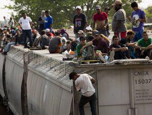Imigrantes centro-americanos esperam em um trem para viajar do México para os Estados Unidos.