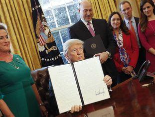 Trump assinando o decreto
