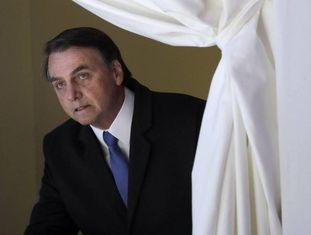 Jair Bolsonaro entra no palco para seu discurso, que durou menos de dez minutos.