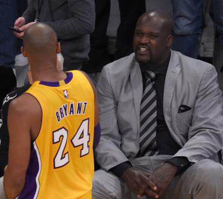 Kobe Bryant conversa com Shaquille O'Neal.