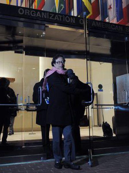 O prefeito de Bogotá, Gustavo Petro, na saída da sede da CIDH.