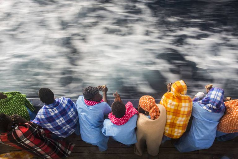Imigrantes africanos a bordo de um barco da ONG espanhola Proativa Open Arms, que os resgatou na última quinta-feira próximo à Líbia.