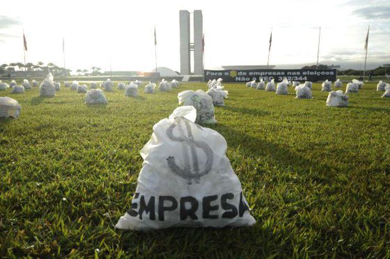 Manifestação contra o financiamento privado em Brasília.