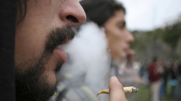 Jovens fumam maconha em Montevidéu