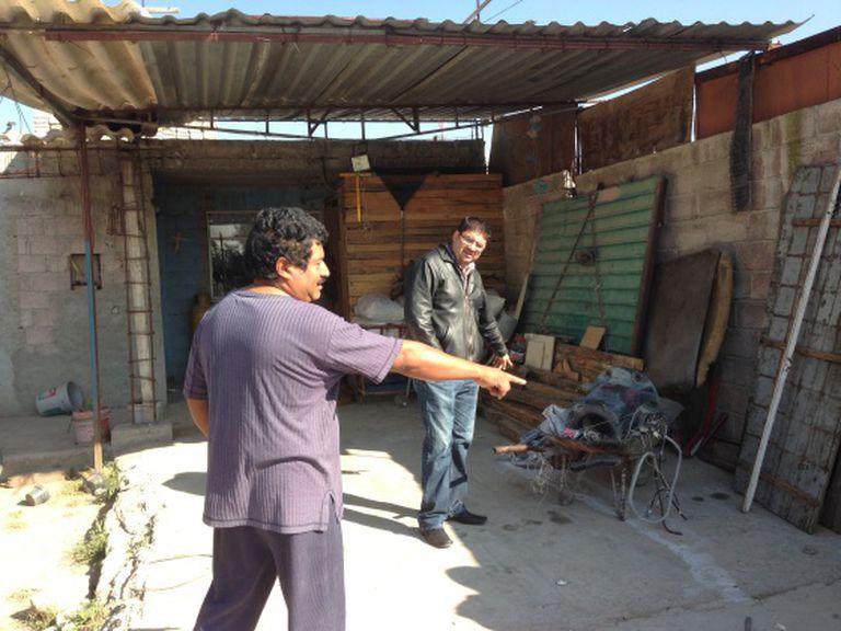 Mauro Flores, em primeiro plano, que arrastou o artefato para casa.