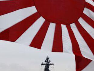 O navio japonês Kurama, na baía de Sagami.