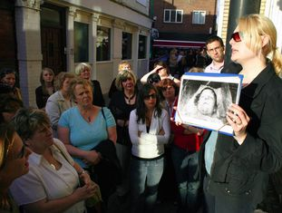 Grupo de turistas visita os locais onde Jack, o Estripador matou suas vítimas