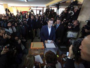 O premiê Mariano Rajoy vota neste domingo, cercado por jornalistas.