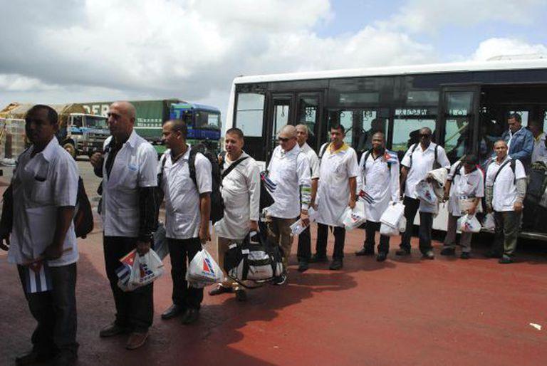 Os médicos cubanos chegam ao aeroporto de Monrovia.