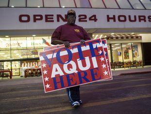 Um voluntário despliega cartazes em Austin, Texas.