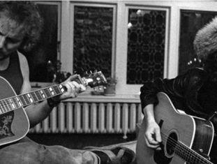 Bob Dylan na casa do cantor Gordon Lightfoot em Toronto, com Roger McGuinn (direita) e Gordon Lightfoot (esquerda) em 1975.