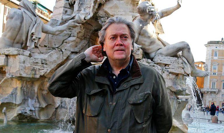 Steve Bannon posa na Piazza Navona, em Roma, em 2 de março deste ano.