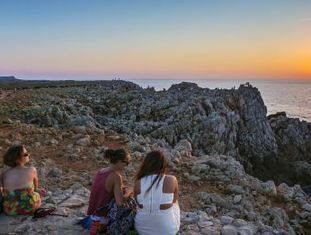 Pôr do sol no farol de Punta Nati, em Menorca.