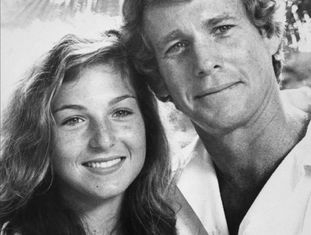 """O sujeito mais loiro dos anos setenta mostrou ao mundo que """"amar é nunca ter que dizer sinto muito"""" em 'Love Story', mas na prática foi diferente. Se ser um pai ruim fosse um esporte olímpico, O'Neal daria uma surra em Michael Phelps (talvez literalmente): com uma bofetada, arrancou vários dentes de seu filho Griffin, obrigava a filha Tatum (ganhadora do Oscar aos 10 anos com 'Lua de Papel') a consumir cocaína para se manter magra e, quando Tatum tentou se suicidar, limitou-se a dizer que ela tinha cortado o pulso na direção incorreta. Anos atrás, um entrevistador perguntou a Ryan O'Neal (Califórnia, 1941) se ele se considerava um pai ruim, ao que respondeu: """"É o que parece, não? Suponho que parece."""" Ter um filho rebelde pode ser obra do azar, mas, no caso de O'Neal, seus quatro filhos visitaram tanto a prisão quanto a clínica de reabilitação. Os quatro. Mas Ryan ainda não tinha chegado ao fundo do poço. Reconciliou-se com a mulher de sua vida, a atriz de Farrah Fawcett, de 'As Panteras', com quem ficou casado de 1979 a 1997, quando ela foi diagnosticada com câncer em 2001. Protagonizaram capas de revistas e contaram sua linda história de amor. Mas em 2009, enquanto se despedia do carro fúnebre que levava os restos mortais de Fawcett, Ryan O'Neal viu uma """"sueca impressionante"""" se aproximar dele e a convidou para jantar em sua casa, segundo ele mesmo contou numa entrevista à revista 'Vanity Fair'. A resposta da mulher? """"Papai, sou eu, Tatum"""". Na imagem, Ryan O'Neal e sua filha, Tatum, em 1980."""