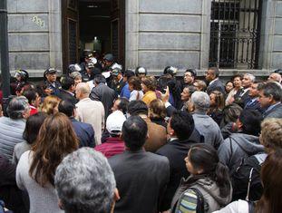 Polícia peruana bloqueia entrada do Congresso