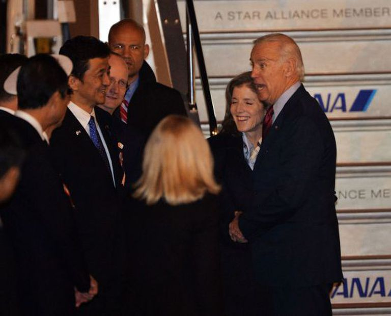 Biden, recebido por Caroline Kennedy em Tóquio.