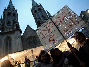 Manifestantes pedem eleições diretas em ato em São Paulo.