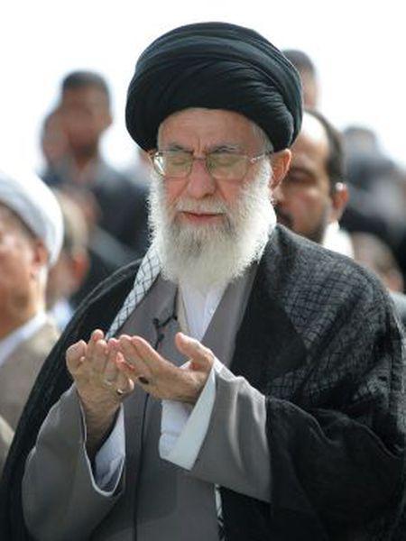 Khamenei na prece final do Ramadã.