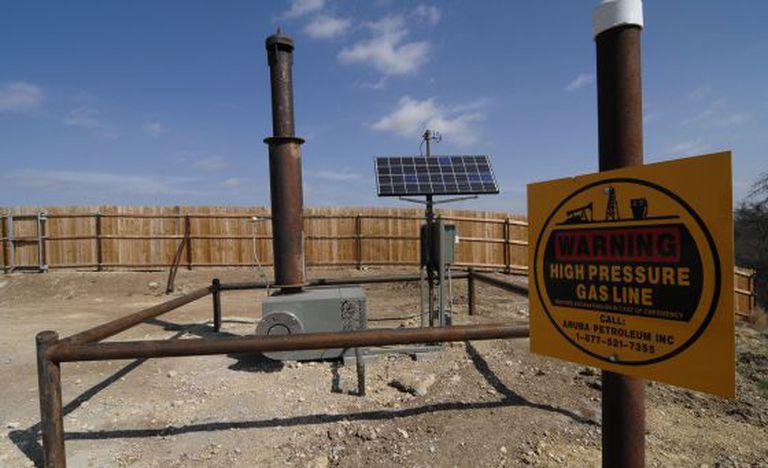 Queimador instalado pela Aruba Petroleum para reduzir a emissão de gases na atmosfera em um poço perto de Decatur (Texas, EUA).