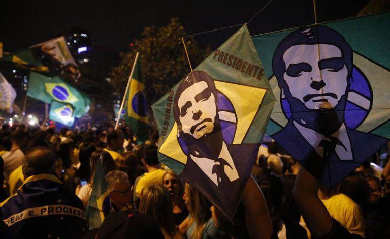 Celebração de eleitores de Bolsonaro no dia da eleição, na Barra da Tijuca, Rio de Janeiro.