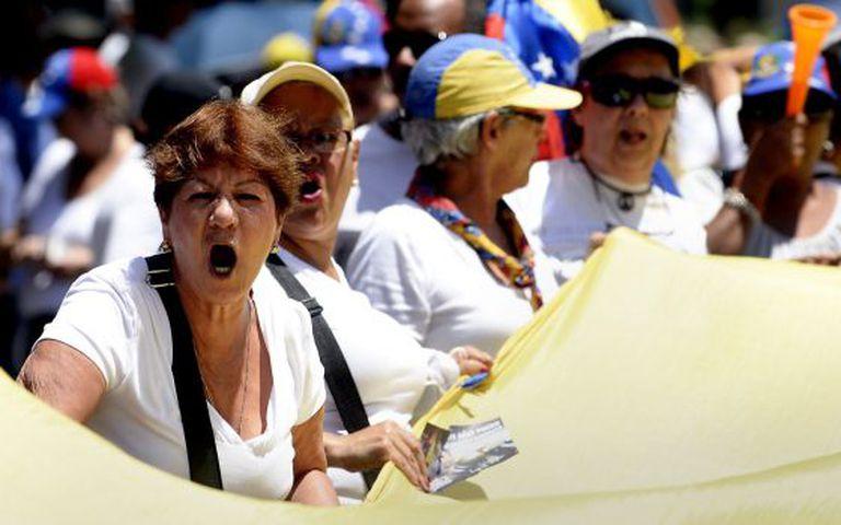 Opositores do Governo de Maduro durante protesto em Caracas.