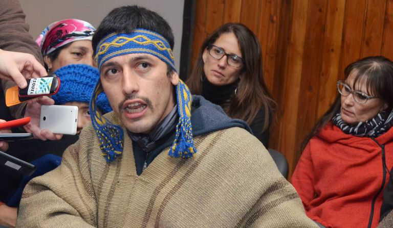 O líder mapuche Facundo Jones Huala fala com a imprensa local