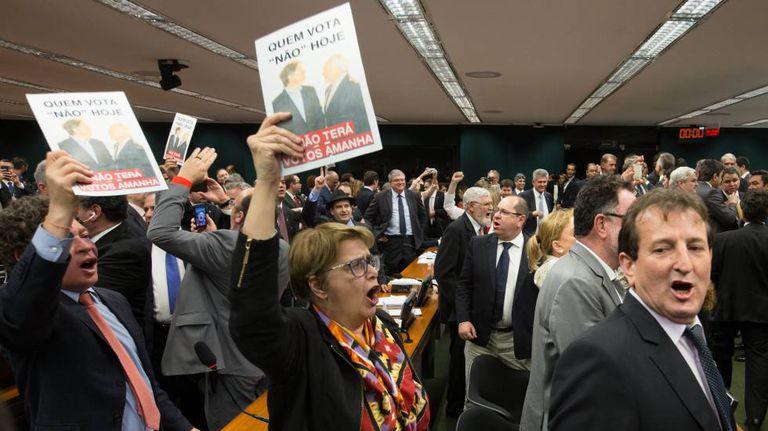Deputados rejeitam relatório contra Temer