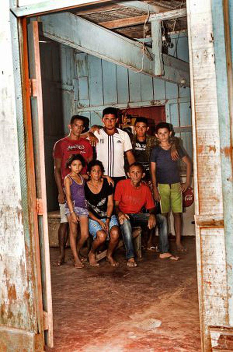 A família, que tinha uma vida sustentável na ilha, foi jogada numa vida de miséria na periferia da cidade.
