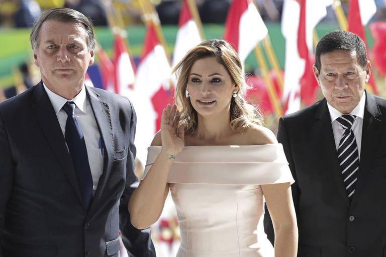 Michelle Bolsonaro ao lado do marido e do vice-presidente Hamilton Mourão.