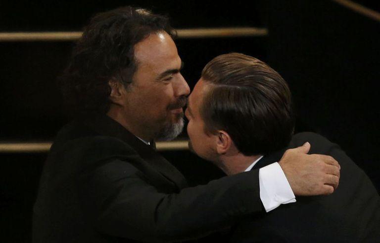 Alejandro González Iñárritu abraça-se com Leonardo Dei Caprio