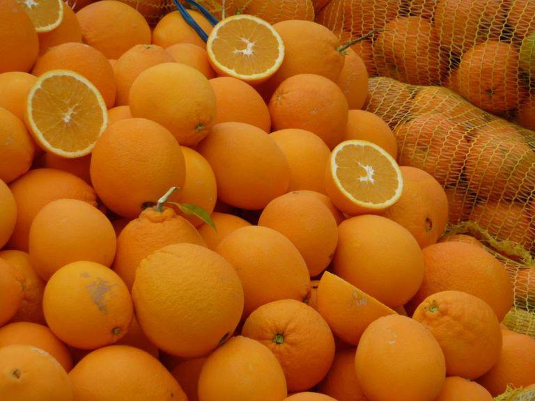 Nessa época do ano, laranjas são opções boas que não pesam no bolso.