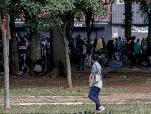Usuários de drogas se aglomeram na praça Princesa Isabel, no centro de São Paulo.