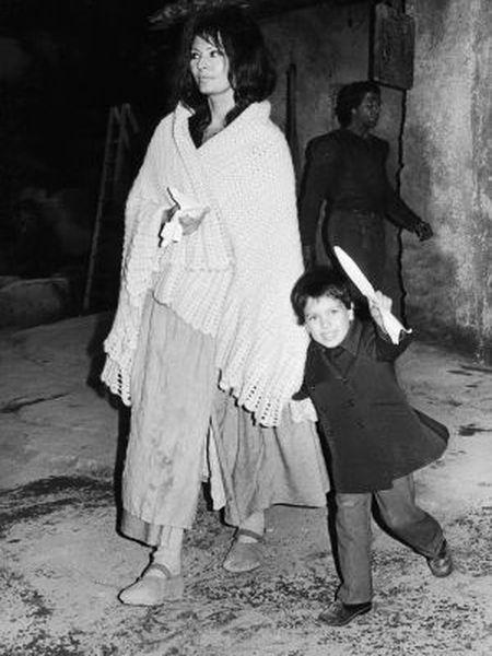Sophia Loren com Carlo Jr. no cenário de 'O Homem de la Mancha' (1972).