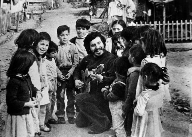 O cantor e compositor chileno Víctor Jara, numa imagem não datada, divulgada pela fundação que leva seu nome