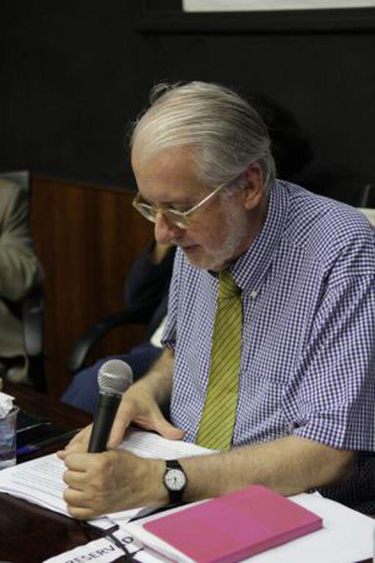 Paulo Sergio Pinheiro lê a carta redigida pelo grupo.