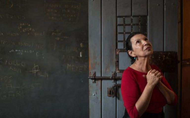 Rose Nogueira, em visita a uma cela do Memorial da Resistência.