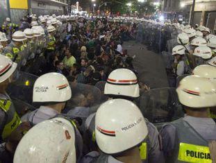 Cerco de policiais a manifestantes.