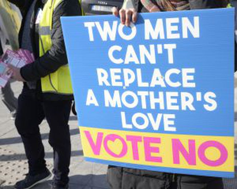 """Cartaz pelo 'não': """"Dois homens não podem substituir o amor de uma mãe""""."""