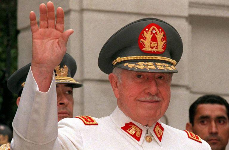 Augusto Pinochet em uma imagem de 1997 em Santiago, Chile.