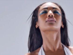 """Último vídeo viral sobre o conceito de """"beleza real"""" repassa, com modelos, a evolução dos padrões do Egito até hoje"""