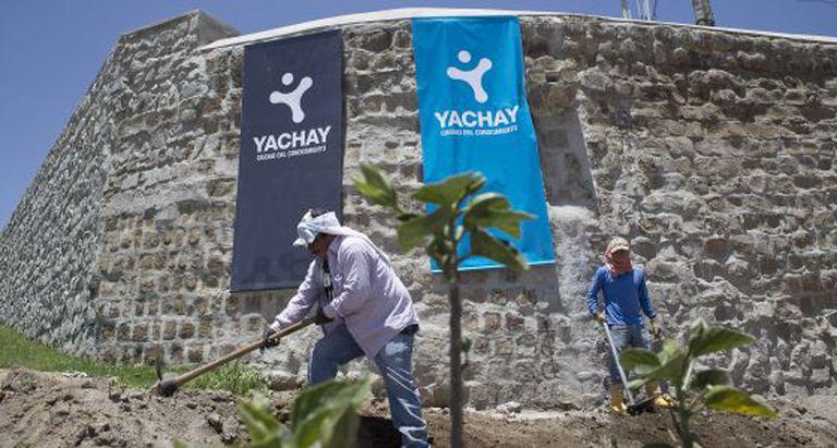 Operários continuam trabalhando na construção de Yacha.