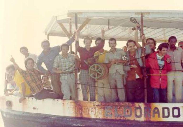 Um barco de refugiados cubanos chega à Flórida em 1980.
