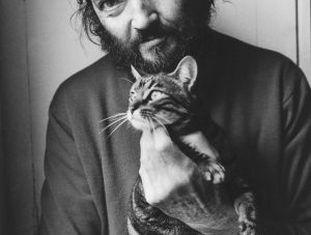 O escritor Julio Cortázar posa com seu gato em 1982.
