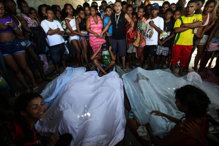 Moradores da Cidade de Deus frente os sete corpos encontrados na mata da favela.