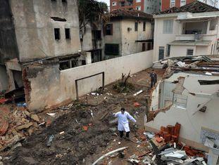 Perito no local do acidente, em Santos, em agosto de 2014.