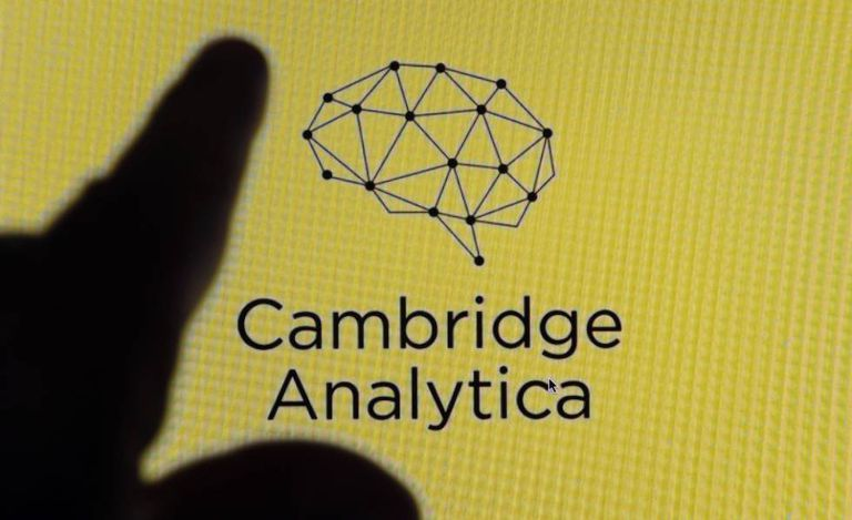 A logo da Cambridge Analytica na tela de um iPhone.