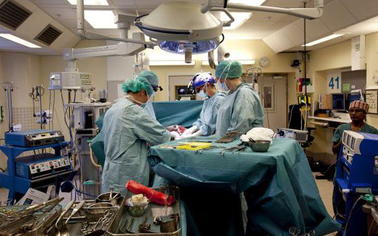 Equipe médica realizando um transplante de útero em abril.