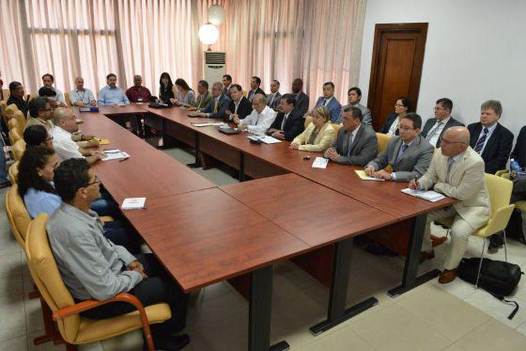 Os negociadores do Governo colombiano e as FARC em uma das reuniões celebradas em Havana, em 5 de março.